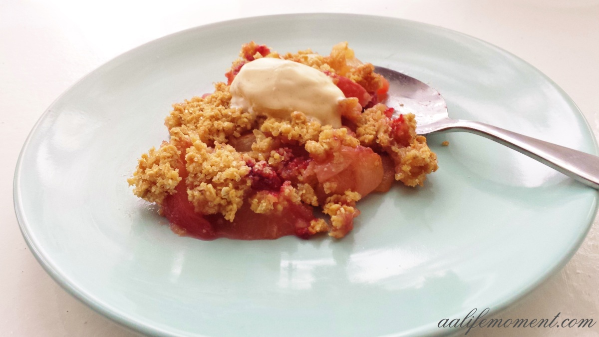 Apple crumble with peach and raspberries