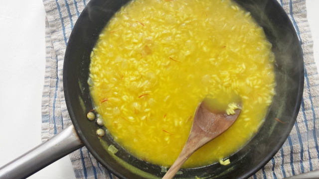 saffron risotto preparation